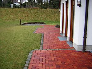 Garten mit gepflasterten Weg