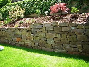 Natursteinmauer mit Garten