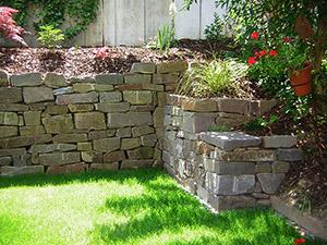Natursteinmauer mit Rasen