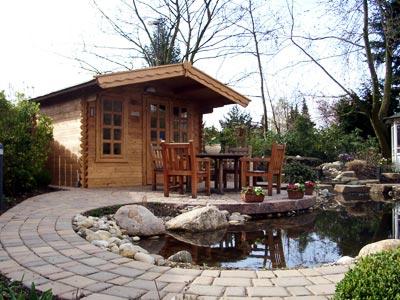 Teich mit Gartenhaus und Weg